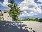 This Gatlinburg location is perfect for an amazing Smoky Mountain escape.