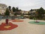 Beaux jeux pour enfants à côté des terrains de tennis à 500 m de la maison.