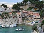 A 5 km la calanque de Niolon (commune du Rove) avec son petit port et ses restaurants.