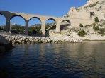 Anse de La vesse appartenant à la  commune du Rove: plage, port et viaduc remarquable.