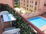 Vista del balcón a la piscina