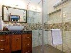 Amaranthus ( Queen Room - Bathroom)