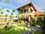 VILLA IBU, 3 BEDROOMS, POOL AND BEACHFRONT ACCESS