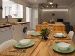 Mesa de comedor integrada con la isla de cocina
