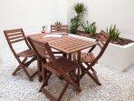 Patio con mesa y sillas para 4 comensales