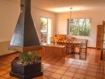 Salón comedor de 50 m2 con chimenea 360º