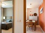 Dormitorio principal comunicado con salón comedor.