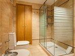 Cuarto de baño en-suite del dormitorio principal, amplia ducha.