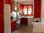 Cocina totalmente equipada, microondas, horno, lavavajillas, lavadora y todo el menaje necesario;