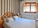 Dormitorio luminoso con cama grande
