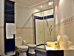 Villa a Viagrande, Catania, Sicilia - Ampio Bagno con box doccia, bidet, spazioso e luminoso