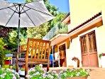 Villa a Viagrande, Catania, Sicilia - Panoramica Area Cortile, Patio, Giardino fiorito