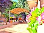 Villa a Viagrande, Catania, Sicilia - Cortile Fiorito Esterno con Gazebo, Area Relax