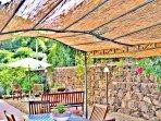 Villa a Viagrande a Catania in Sicilia - Vista del Gazebo su Cortile Esterno con piante e fiori