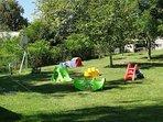jardin avec jeux de plein air et trampoline