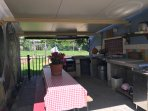 Questa è la zona barbecue in comune. Dotata di piastra,lavandino,taglieri e tavolo da pranzo