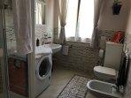 Il bagno è spazioso,dotato di doccia,lavatrice,stufetta,WC,bidè.Shampoo,balsamo e sapone in omaggio