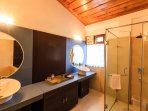 The attached bathroom to the master bedroom in this Holiday Home in Kasauli