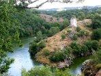 Le confluent de la Creuse et de la Sédelle et les ruines de Crozant depuis le rocher de la Fileuse