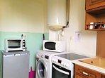 Cuisine suite: frigo, petit four pour petit dèj, micro-ondes, une machine à laver ..