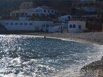Cala Barraca, una cala con gran encanto, con sus casas de pescadores.