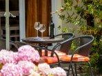 Orange Apartment - Outdoor dining area
