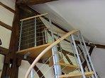 Escaliers en colimaçon très étroit pour accéder à la chambre sous les toits. Petits bagages !