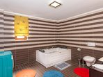 Large bathroom with jacuzzi.By switching colors!!!