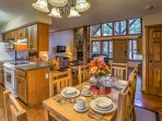 Six guests can sit down for dinner together at the dining room table.