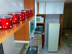 Vista da cozinhas com módulos superiores.