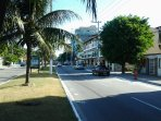 Vista da avenida em frente ao Apartamento, com acessos planos e ruas largas, além de farto comércio.