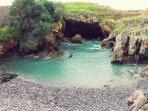El Pedregal  El agua del mar entra por un pequeño orificio por la parte inferior formando piscina