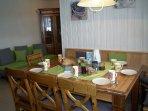 Sandras Bergstation Küche ideal zum kochen, zusammen sitzen und genießen mit großer Küchenzeile