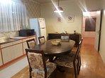 Cozinha espaçosa e equipada