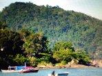 Sempre vai ter um barquinho para te levar as ilhas de Paraty.