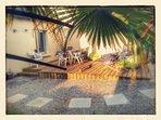 La terrasse en bois coupé du vent et baigné de soleil du matin au soir