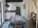 salle à manger ouvert sur cuisine, équipée et fonctionnelle