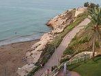 Bajada a cala Llenguadets desde el andador que recorre la playa Capellans