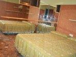 Habitación interior 2 camas de 80cm, armario empotrado.
