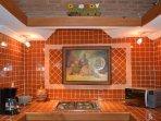 Suite equipada con cocina, horno de microondas, cafetera y refrigerador para preparar alimentos.