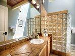 Kona Coffee en suite with standing shower