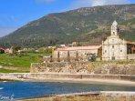 Playa de Oia con el monasterio.