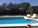 El agua de la piscina es salada de sal de las marismas de Chiclana. Mantenida para uso todo el  año