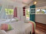 Chambre twin climatisée avec moustiquaire et vue mer