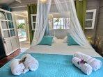 Chambre double climatisée avec moustiquaire et vue mer