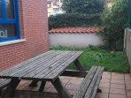 Terraza con amplia mesa de picnic