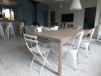 La grande pièce à vivre : côté salle à manger, une table avec 2 grandes rallonges