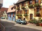 rue de St. Hippolyte avec ses belle maisons en fleurs.