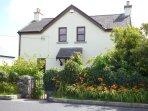THE OLD SCHOOL HOUSE, play area, woodburner, Ballindeereen, Ref 958453
