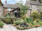 BUTTERLANDS FARMHOUSE, en-suite bedrooms, open fire, countryside, in Biddulph, R